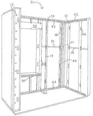 Paneles de edificación preformados compuestos, una edificación y un montante de entramado.