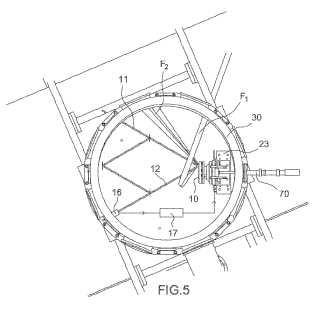 Dispositivo de generación de fuente secundaria mediante la interacción láser-materia que comprende un dispositivo óptico de control de la posición y de la orientación de una superficie en movimiento.