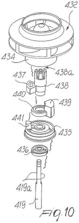 Dispositivo para transmitir movimiento entre el rotor de un motor síncrono de imanes permanentes y la parte móvil, teniendo dicho dispositivo un ángulo de rotación libre incrementado.