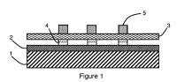 Célula fotovoltaica que comprende una zona suspendida por un patrón conductor y procedimiento de fabricación.