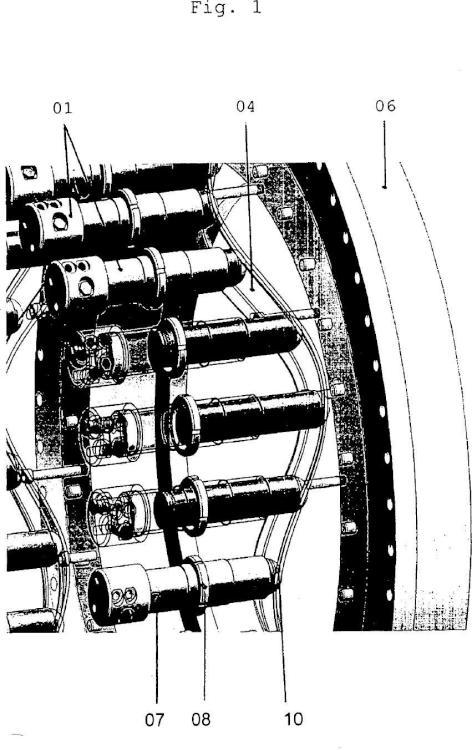 Planta de energía eólica con accionamiento principal hidrostático con motor de pistón axial hidráulico regulable y procedimiento para el control.