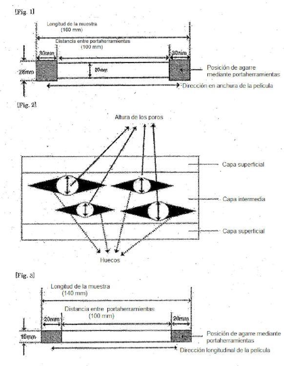 Película de poliéster termorretráctil porosa y procedimiento para su producción.