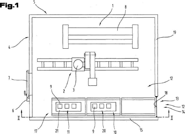 Célula de fabricación con un dispositivo de transferencia de piezas de trabajo y dispositivo de transporte para piezas de trabajo y porta-piezas.