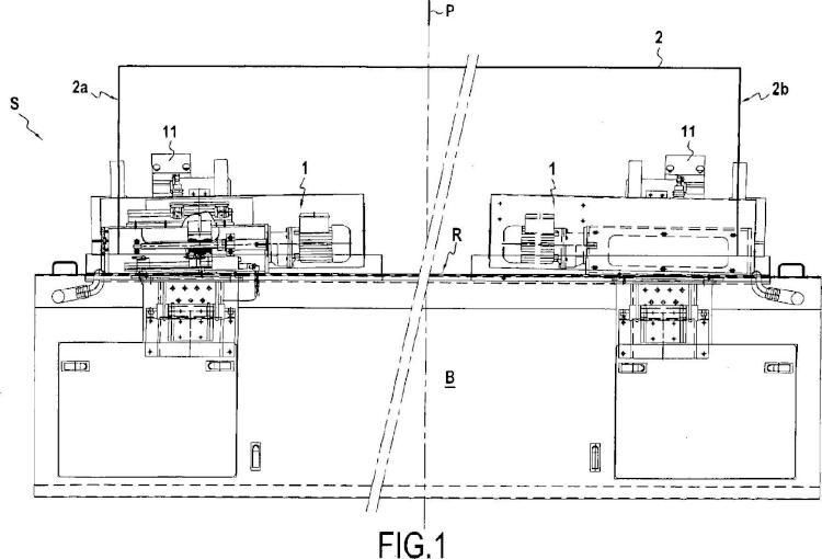Dispositivo de regulación del ancho de una película de superficie sobre una banda de papel.