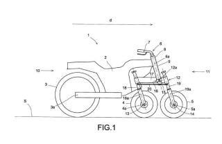 Vehículo provisto de dos o más ruedas directrices alineadas longitudinalmente, con basculación respecto al chasis.