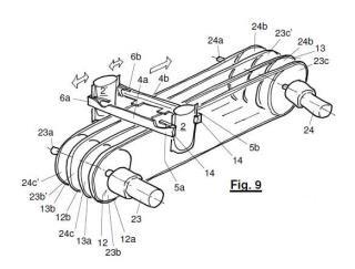 Dispositivo para el transporte en una línea de envasado de envases flexibles sujetados suspendidos.