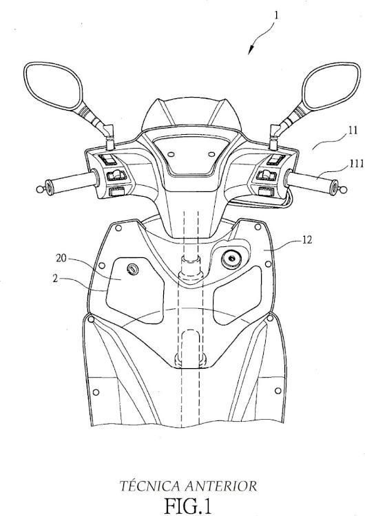 Motocicleta con estructura de tapa de un compartimento de almacenamiento delantero.