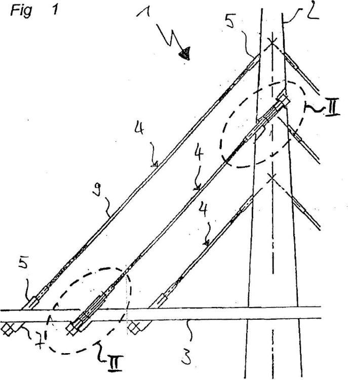 Disposición para el apoyo de un miembro de tracción, en particular de un cable inclinado, perpendicular a la dirección de su extensión longitudinal.