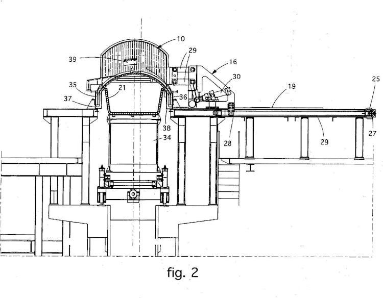 Cubierta para un transportador de conexión para cargar una carga metálica en un horno de fundición y dispositivo de movimiento relativo.