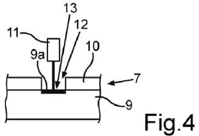 Procedimiento para fabricar un componente de aparato doméstico con un grabado en un cuerpo base provisto de un recubrimiento, y componente de aparato doméstico.