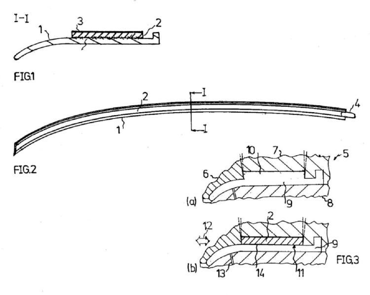 Procedimiento para la fabricación de una pieza compuesta que comprende una pieza moldeada en forma de barra y una cinta adhesiva y una pieza compuesta de este tipo.