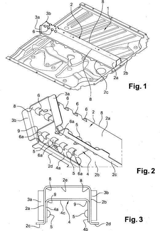 Suelo trasero de carga para vehículo automóvil que comprende un larguero reforzado.