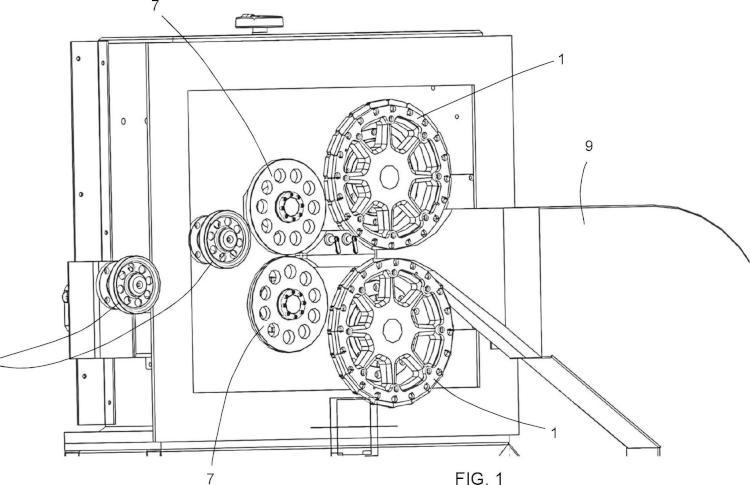 Máquina formadora de fibras de alambre metálico y conjunto correspondiente.
