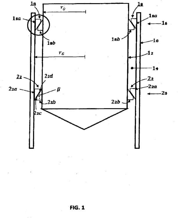 Conexión entre un pilote de cimentación de una construcción, en particular de una construcción en tierra o mar adentro, como por ejemplo una turbina eólica en tierra o mar adentro, con una pieza de transición en particular tubular y procedimiento de fabricación de la misma.