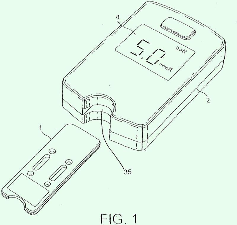 Dispositivo de ensayo que incluye un filtro óptico y un método de ensayo.