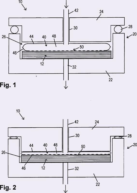 Dispositivo y procedimiento para infiltrar material de fibras con resina para la producción de un componente compuesto de fibras.