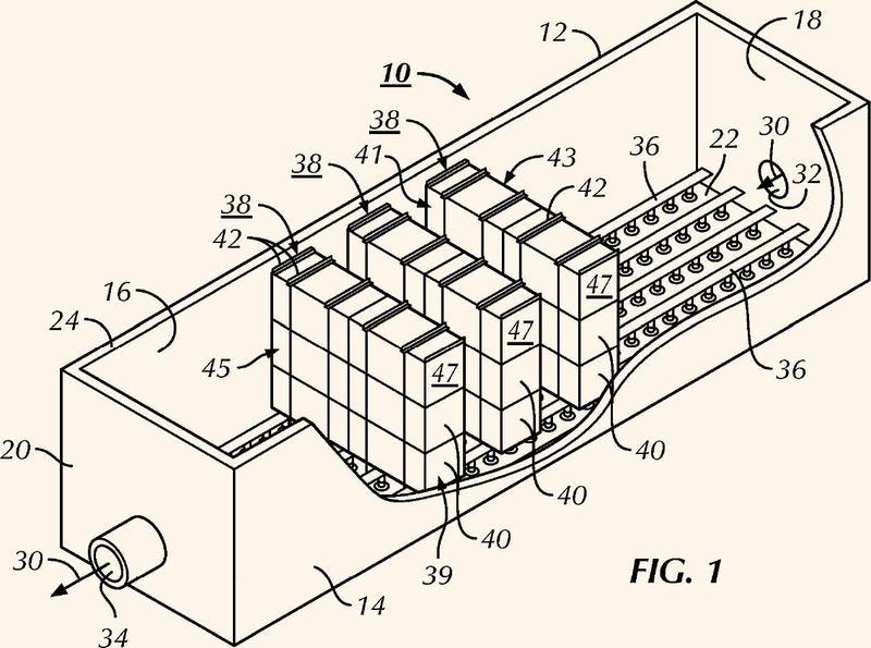 Medios de distribución ondulados de flujo cruzado para película fija con deflectores finales formados de forma unitaria y conjunto que comprende dichos medios.