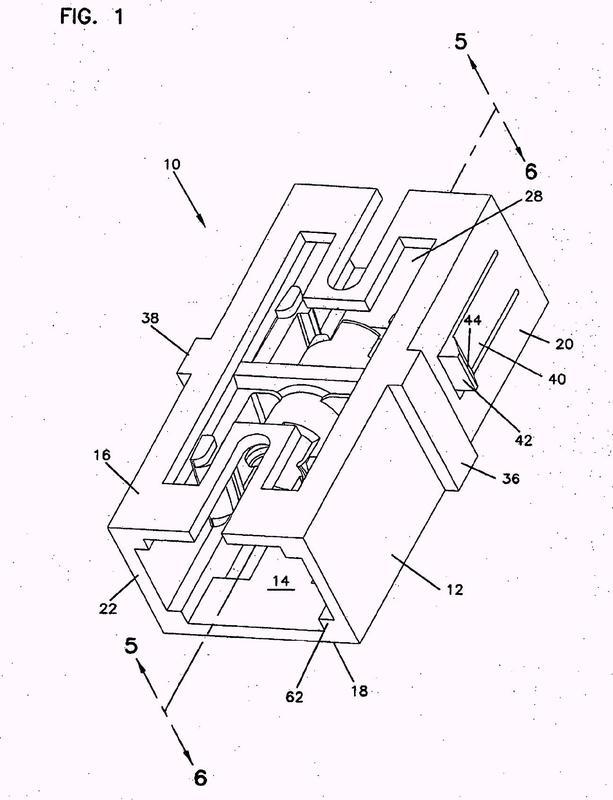 Adaptador de fibra óptica con estructura de alineamiento de casquillos moldeada integralmente.