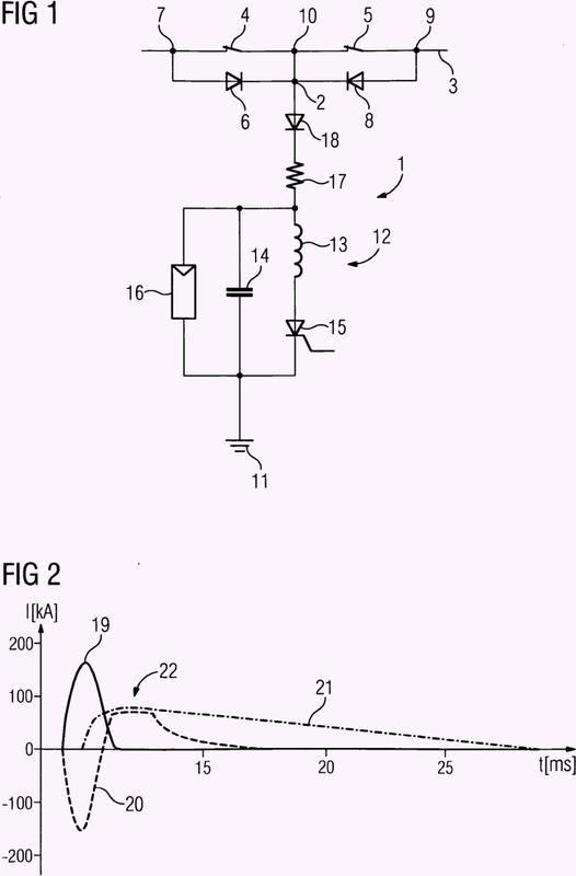 Sistema de circuito para la reducción de la intensidad de corriente en una línea de transmisión de corriente continua de alta tensión, instalación de transmisión de corriente continua de alta tensión y procedimiento de reducción de la intensidad de corriente de una corriente eléctrica.