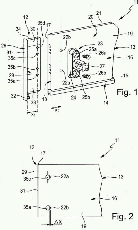 Pieza de mueble móvil con una tapa lateral y un perfil de cubierta así como dispositivo para fijar ambas partes.