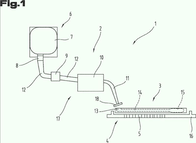 Procedimiento para llenar un dispositivo microfluídico mediante un sistema dispensador y sistema de ensayo correspondiente.