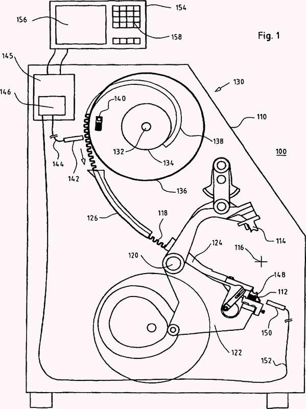 Sistema compuesto de una máquina grapadora y de una reserva de grapas y procedimiento para el servicio de una máquina grapadora de este tipo.