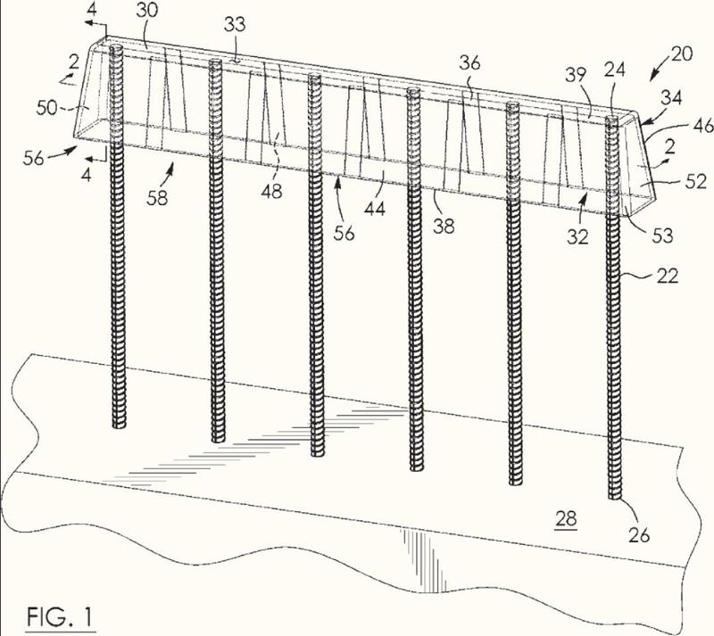 Aparato de prevención de empalamiento para su extensión por encima y alrededor de los extremos expuestos de una pluralidad de barras de refuerzo separadas.