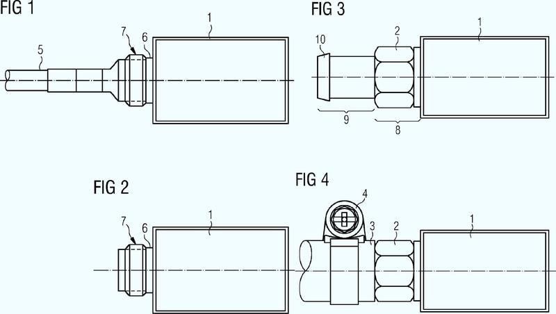 Dispositivo para unir un recubrimiento de protección para un cable sensor con una carcasa de sensor.