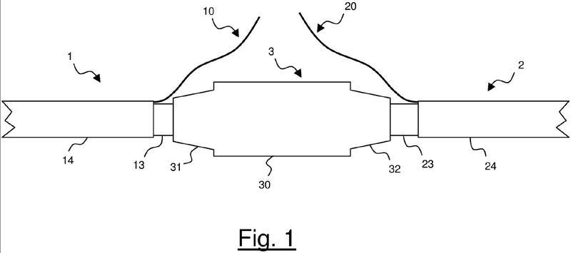 Procedimiento de realización de un empalme entre fibras ópticas en un dispositivo de unión para cables eléctricos.