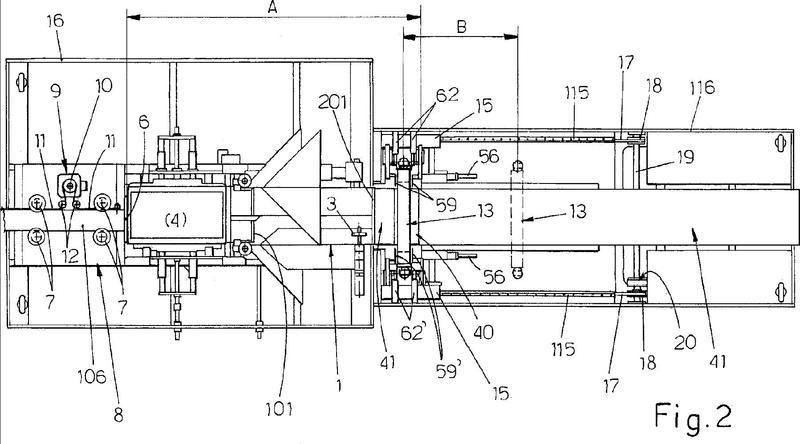 Máquina de embalaje para un único producto o para productos agrupados y/o apilados, en paquetes de material termoplástico obtenido a partir de una película desenrollada de una bobina, y método de funcionamiento asociado.