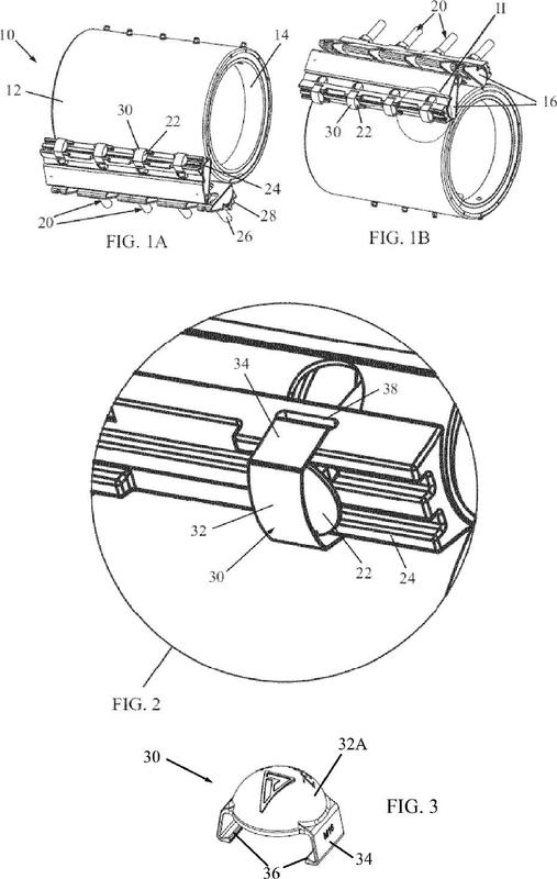 Conjunto de abrazadera de tubería con retenedor de elemento de ajuste.
